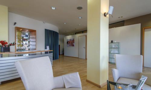 Innenansicht INA Titisee-Neustadt 2: Wartebereich und Theke