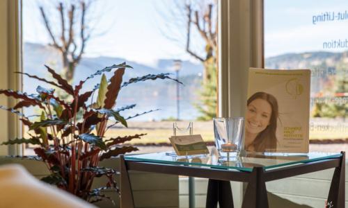 Innenansicht INA Titisee-Neustadt 4: Tisch im Wartebereich